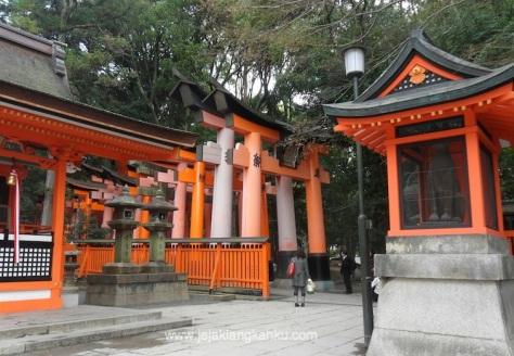 fushimi inari shrine temple kyoto japan