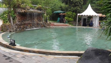 kolam renang air panas sari ater 1