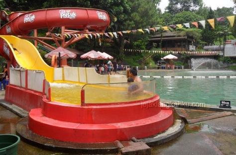 kolam renang air panas sari ater 6